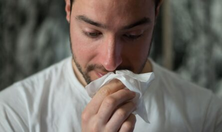 Muž má dýchací problémy a hůře se mu dýchá.