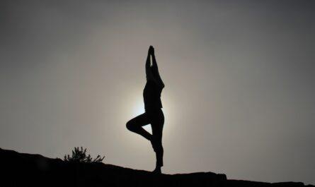 Dívka posiluje jógou svůj imunitní systém.