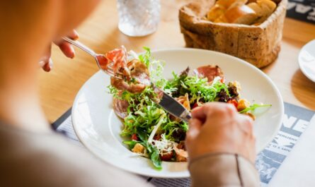 Jídlo obsahující sacharidy, které je součástí diety.